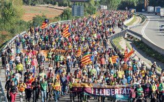 Μία από τις πέντε πορείες διαμαρτυρίας που ξεκίνησαν χθες από διάφορα σημεία της Καταλωνίας και θα φθάσουν αύριο στη Βαρκελώνη.