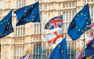 Σημαίες της Αγγλίας, του Ηνωμένου Βασιλείου και της Ευρωπαϊκής Ενωσης στο Ουεστμίνστερ.