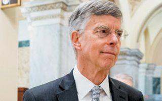 Ο Ουίλιαμ Τέιλορ αποχωρεί μετά τη δεκάωρη κατάθεσή του σε επιτροπή του Κογκρέσου.