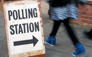 Πολίτες περνούν μπροστά από εκλογικό κέντρο στο νοτιοδυτικό Λονδίνο, το 2015.