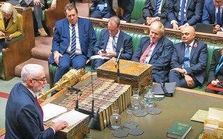 Ο Μπόρις Τζόνσον ακούει τον ηγέτη των Εργατικών Τζέρεμι Κόρμπιν να μιλάει στη Βουλή. Οι Συντηρητικοί του Τζόνσον προηγούνται στις δημοσκοπήσεις με περίπου δέκα ποσοστιαίες μονάδες.