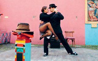 Ζευγάρι Αργεντινών χορεύει τάνγκο στους δρόμους του Μπουένος Αϊρες, έναν χορό με «πατριαχικού» χαρακτήρα γνωρίσματα.