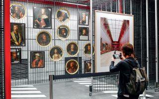 Δημοσιογράφος φωτογραφίζει τα έργα τέχνης στο κέντρο συντήρησης του Λούβρου, στο Λιεβέν της βόρειας Γαλλίας, 200 χλμ. από το Παρίσι.
