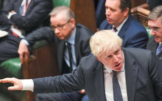 Ο Βρετανός πρωθυπουργός Μπόρις Τζόνσον χειρονομεί μέσα στη Βουλή, στη διάρκεια της καθιερωμένης Ωρας του Πρωθυπουργού.