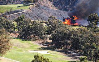 Σε γήπεδο γκολφ, στον λόφο πίσω από το Μουσείο Γκέτι, εξαπλώθηκε την Κυριακή η φωτιά στο Μπρέντγουντ του Λος Αντζελες.