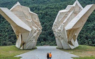 Το μνημείο στο Τιεντίστε της Βοσνίας, στη μνήμη 7.000 εκτελεσθέντων από τους ναζί, άριστο παράδειγμα του γιουγκοσλαβικού μπρουταλισμού, είναι από τα λίγα που δεν εγκαταλείφθηκαν στη μοίρα τους.