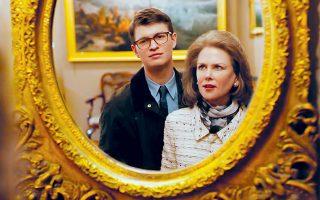 Στην κινηματογραφική μεταφορά της «Καρδερίνας», η Νικόλ Κίντμαν, κομψή μητριαρχική φιγούρα στη δυσλειτουργική οικογένεια Μπάρμπουρ.