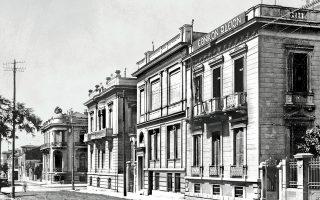 Η Βασιλέως Ηρακλείου, παραπλεύρως του Εθνικού Αρχαιολογικού Μουσείου, την περίοδο του Μεσοπολέμου, ενώ στο βάθος διακρίνεται το Μέγαρο Υπατία.