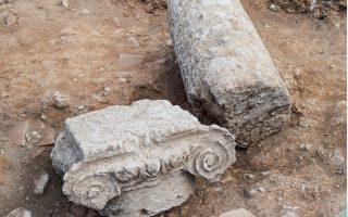 Ιωνικό κιονόκρανο και κίονας εντός χώρου του λουτρού, από την ανασκαφή του 2019 στο Χιλιομόδι.