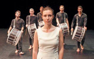 Η «Αμίλητη», ένα σύγχρονο χορικό για φωνές, άρπα, τσέλο και κρουστά, στην Εναλλακτική Σκηνή ΕΛΣ, ΚΠΙΣΝ.