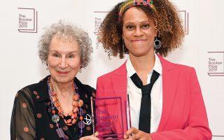 Οι δύο νικήτριες του βραβείου Μπούκερ 2019: η Μάργκαρετ Ατγουντ (από τα μεγάλα φαβορί) και η Μπερναντέτ Εβαρίστο, αγγλονιγηριανής καταγωγής.
