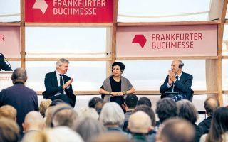 Η Ολγκα Τοκάρτσουκ ανάμεσα στον Γιούργκεν Μπος και τον Φράνσις Γκάρι, πρόεδρο του Παγκόσμιου Οργανισμού Πνευματικών Δικαιωμάτων.