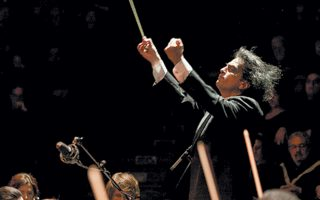 Ο Βασίλης Τσαμπρόπουλος εγκαινιάζει τον κύκλο «Μεγάλες Ορχήστρες - Μεγάλοι Ερμηνευτές» στο Μέγαρο Μουσικής Αθηνών.
