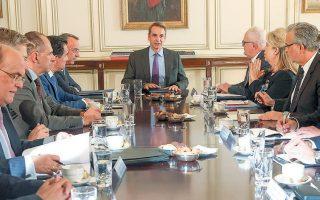Ο πρωθυπουργός Κυριάκος Μητσοτάκης, κατά τη συνάντηση που είχε με τους επικεφαλής των χρηματοπιστωτικών ιδρυμάτων, ζήτησε την ανάκληση των τραπεζικών χρεώσεων που συνδέονται με ηλεκτρονικές συναλλαγές.
