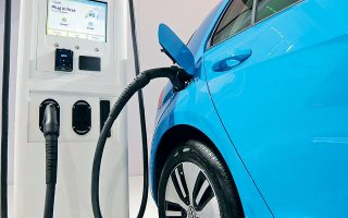 Μεγάλες αυτοκινητοβιομηχανίες, όπως η γερμανική VW και η αμερικανική General Motors, έχουν τη δυνατότητα να διοχετεύσουν σημαντικά ποσά στην ηλεκτροκίνηση. Η VW σκοπεύει να επενδύσει 33 δισ. δολάρια για τη μαζική παραγωγή ηλεκτροκίνητων αυτοκινήτων.