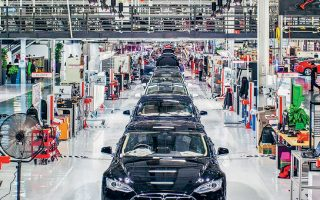 Οι Αρχές της Σαγκάης προσέφεραν οικονομική βοήθεια εν είδει κινήτρου στην Tesla, ώστε να επιταχύνει την οικοδόμηση του εργοστασίου. Επιπλέον, το Πεκίνο εξαιρεί από τη φορολογία του 10%, που επιβάλλεται στις πωλήσεις, όλα τα αυτοκίνητα της Tesla.
