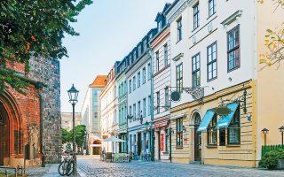 Τα σπίτια προς ενοικίαση θα κατατάσσονται σε 12 κατηγορίες, με ανώτατα όρια εκμίσθωσης από 3,92 ευρώ έως 9,80 ευρώ ανά τετραγωνικό μέτρο, σύμφωνα με σχετικό δημοσίευμα της γερμανικής Handelsblatt. Στην κατηγοριοποίηση καθοριστικό ρόλο θα παίζει το έτος κατασκευής του κτιρίου, καθώς και ο αριθμός των λουτρών ή εάν προσφέρεται κεντρική θέρμανση.