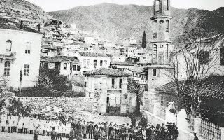 Μαθητές περιμένουν παρατεταγμένοι την έναρξη της δοξολογίας για την απελευθέρωση της Ξάνθης στη μητρόπολη της πόλης.