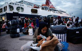Αιτούντες άσυλο φθάνουν στο λιμάνι του Πειραιά. Η τουρκική στρατιωτική επιχείρηση στη Συρία μπορεί να επηρεάσει τη ροή των προσφύγων προς την Ελλάδα. EPA/YANNIS KOLESIDIS