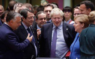 O Bρετανός πρωθυπουργός περικυκλωμένος από Ευρωπαίους ηγέτες μετά τη συμφωνία με την Ε.Ε. για το Brexit. Aναλυτές εκτιμούσαν ότι, αν δεν την επικυρώσει το βρετανικό Κοινοβούλιο, ο Μπόρις Τζόνσον θα προσφύγει σε πρόωρες εκλογές από τις οποίες θα βγει ενισχυμένος.