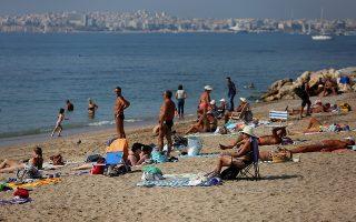 Αθηναίοι αλλά και επισκέπτες της πόλης απολαμβάνουν  την θάλασσα στην παραλία του Φαλήρου καθώς η θερμοκρασία είναι ασυνήθιστη για την εποχή, Κυριακή 20 Οκτωβρίου 2019. ΑΠΕ-ΜΠΕ/ΑΠΕ-ΜΠΕ/ΟΡΕΣΤΗΣ ΠΑΝΑΓΙΩΤΟΥ