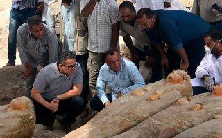 archaiologoi-anakalypsan-20-athiktes-sarkofagoys-stin-aigypto-fotografies0