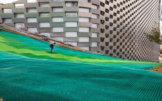 H 450 μέτρων πίστα του τεχνητού σκι, η οποία είναι κατασκευασμένη από ειδικό υλικό και ανακυκλώνεται όταν φθαρεί. JUSTIN & EHRHORN HUMMERSTON