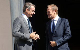 Ο πρωθυπουργός Κυριάκος Μητσοτάκης (Α) υποδέχεται τον πρόεδρο του Ευρωπαϊκού Συμβουλίου Ντόναλντ Τουσκ (Δ) στο Μέγαρο Μαξίμου, Τετάρτη 9 Οκτωβρίου 2019. ΑΠΕ-ΜΠΕ/ΑΠΕ-ΜΠΕ/Αλέξανδρος Μπελτές