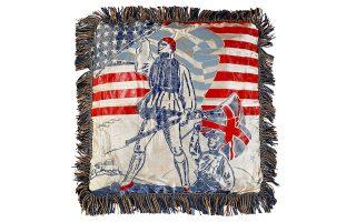 Ενα μαξιλάρι με σύμβολα της Greek War Relief Association, την ελληνική σημαία και τον εύζωνα, την ελληνοαμερικανική και ελληνοβρετανική συμμαχία κατά του Αξονα.
