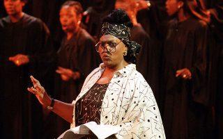 Η σπουδαία Τζέσι Νόρμαν, πολλά χρόνια πριν, στην παράσταση «Ο ιερός Ελινγκτον»  στο Μπάρμπικαν του Λονδίνου. Η μεγάλη υψίφωνος «έφυγε» στα 74 της.