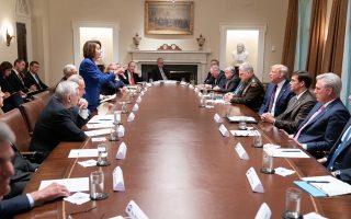 Ο Τραμπ τουίταρε την επίμαχη φωτογραφία από την συνάντηση στον Λευκό Οίκο και η Πελόζι την ανέβασε στο προφίλ της