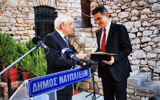 Ο πρόεδρος της Δημοκρατίας Προκόπης Παυλόπουλος (Α)  απονέμει το βραβείο  «Α. Πολυζωίδης – Γ. Τερτσέτης»  για τη Δικαιοσύνη και το Δίκαιο στον πρόεδρο του Δικαστηρίου των Δικαιωμάτων του Ανθρώπου Καθηγητή  Λίνο- Αλέξανδρο Σισιλιάνο (Δ), το Σάββατο 5 Οκτωβρίου 2019. Ο Πρόεδρος της Δημοκρατίας παρέστη  και επέδωσε τα Βραβεία του Δήμου Ναυπλιέων, σε τελετή που πραγματοποιείται στο πλαίσιο του 15ου Σεμιναρίου Διεθνούς Δικαίου στο κάστρο Παλαμήδι στο Ναύπλιο. Τον Πρόεδρο της Δημοκρατίας υποδέχθηκε ο Δήμαρχος  Ναυπλιέων  Δημήτριος Κωστούρος  και ο  Καθηγητής Στέλιος Περράκης. ΑΠΕ-ΜΠΕ /ΑΠΕ-ΜΠΕ/ΜΠΟΥΓΙΩΤΗΣ ΕΥΑΓΓΕΛΟΣ