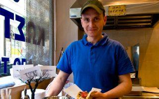 Ο Κώστας Λαβίδας φτιάχνει τα τυλιχτά του εδώ και 21 χρόνια. (Φωτογραφία: Κλαίρη Μουσταφέλλου)