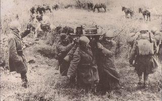 Ελληνες στρατιώτες μεταφέρουν στους ώμους τους εξαρτήματα πυροβόλου όπλου στο μέτωπο κατά τον Πόλεμο του 1940.