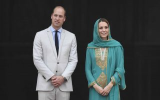 epa07927320 Britain's William and Catherine, Duke and Duchess of Cambridge visit the Badshahi Mosque at Lahore in Pakistan, 17 October, 2019. The Cambridge's are engaging in a royal tour of Pakistan from 14 - 18 October 2019.  EPA/NEIL HALL