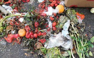 Η κατανάλωση λιγότερου κρέατος, η οικονομία στο νερό, ο έλεγχος των τροφίμων που αγοράζουμε ώστε να καταλήγουν στα σκουπίδια ελάχιστα, αν όχι καθόλου, πρέπει να γίνουν προσωπικά στοιχήματα.