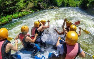 Ο ποταμός Νέστος με τους απίθανους μαιάνδρους του προσφέρεται για υδάτινα σπορ. (Φωτογραφία: Shutterstock)