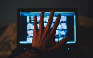 Ολόκληρες περιοχές του Διαδικτύου διαδίδουν αρρωστημένη πορνογραφία, που βρίσκεται στην περιοχή του κοινού εγκλήματος. SHUTTERSTOCK