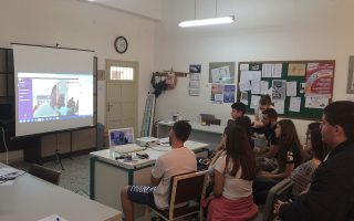 Παιδιά που ζουν σε απομακρυσμένες περιοχές (φωτογραφία από σχολείο στην Κρήτη) έχουν τη δυνατότητα να συνομιλήσουν με επιτυχημένους επαγγελματίες.