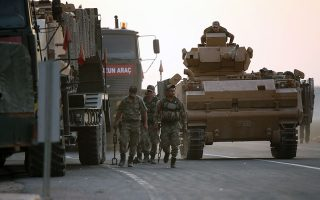 Υστερα από τους από αέρος και ξηράς βοµβαρδισµούς σειράς κουρδικών πόλεων και χωριών στις αρχές της εβδοµάδας, ο τουρκικός στρατός ξεκίνησε σχεδόν άµεσα και την εισβολή χερσαίων δυνάµεων στη βόρεια Συρία. EPA/STR