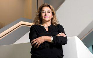 Η Farah Barnes στην εμβληματική σκάλα του νέου μουσείου. (Φωτογραφία: ΒΑΓΓΕΛΗΣ ΖΑΒΟΣ)