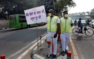 Δραματική η κατάσταση στο Νέο Δελχί εξαιτίας της ατμοσφαιρικής ρύπανσης και επιτακτική η χρήση μάσκας για τον αστυνομικό που ελέγχει την εφαρμογή συστήματος «μονών - ζυγών».