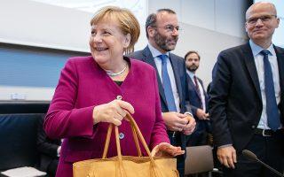Η Γερμανίδα καγκελάριος Αγκελα Μέρκελ και ο ηγέτης του ΕΛΚ, Μάνφρεντ Βέμπερ, στο Βερολίνο.