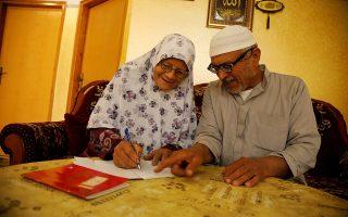 Η χαρά της γνώσης. Αντί για κασετίνα στην άκρη από τα τετράδιά τους έχουν την θήκη για τα γυαλιά πρεσβυωπίας. Οι κυρίες, όπως η εικονιζόμενη Seham Somodi, 66 ετών μαθαίνουν κάθε ημέρα στο κοινοτικό κατάστημα Al Yamoun της Δυτικής Οχθης όσα δεν κατάφεραν μικρές, να γράφουν και να διαβάζουν. REUTERS/Raneen Sawafta