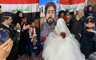 Οι χαρές δεν σταματούν. Η πρωτεύουσα μπορεί να «βράζει» από τις αντικυβερνητικές διαδηλώσεις αλλά οι γάμοι δεν σταματούν. Μάλιστα μια επίσκεψη στην τέντα των διαδηλωτών και μια φωτογραφία με φόντο το πόστερ ενός από τους νεκρούς του αγώνα, ήταν απαραίτητη για το νεόνυμφο ζευγάρι της Βαγδάτης.  (AP Photo/Ali Abdul Hassan)