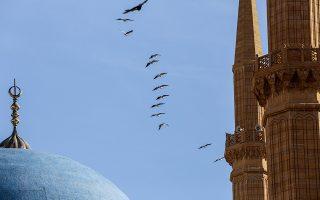 Το διάλειμμα. Στον ουρανό έστρεψε ο φωτογράφος τον φακό του καθώς στα επίγεια οι διαδηλώσεις διαδέχονται η μία την άλλη στο Λίβανο. Ετσι, για την ξεκούραση του ματιού στο μπλε του θόλου του τζαμιού Al Ameen και του πετάγματος των πουλιών. EPA/NABIL MOUNZER