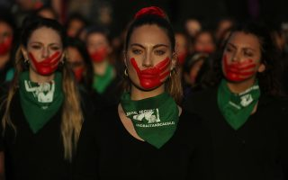 Η εμπροσθοφυλακή. Αυτά τα νέα κορίτσια που βαδίζουν αγέρωχα και δυναμικά στην διάρκεια διαδήλωσης για την εξάλειψη της βίας κατά των γυναικών, είναι η ελπίδα μας. Αυτά τα παιδιά - τις κόρες μας, ανιψιές μας, αδελφές, φίλες και συναδέλφους, πρέπει να στηρίξουμε με όλες μας τις δυνάμεις για να κερδίσουν την ισότητα, για να περπατούν χωρίς φόβο στον δρόμο, για να μην είναι η αγάπη, πόνος. Η φωτογραφία είναι από το Σαντιάγκο στην Χιλή. EPA/ELVIS GONZALEZ