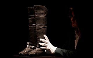 Οι μπότες του Ναπολέοντα. Το εικονιζόμενο ζευγάρι σύντομα θα βγει δημοπρασία από τον οίκο Drouot στο Παρίσι. Οι μπότες λέγεται ότι είχαν φορεθεί από τον Ναπολέων όχι σε κάποια μεγάλη μάχη του αλλά την περίοδο της εξορίας του στην Αγία Ελένη. REUTERS/Christian Hartmann