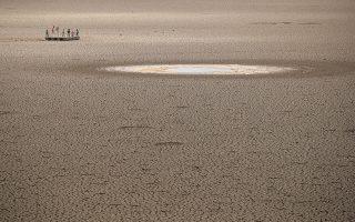 Αμφιβάλει κανείς για την περιβαλλοντική αλλαγή; Σε μια εξέδρα που καιρό πριν αιωρούνταν στο νερό, παίζουν τα παιδιά στον ξερό ταμιευτήρα του Graaff-Reinet στην Νότια Αφρική. REUTERS/Mike Hutchings