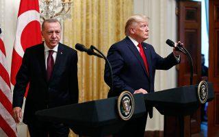 Παρά τα εγκωμιαστικά σχόλια του Αμερικανού προέδρου για τον Τούρκο ομόλογό του, οι ΗΠΑ έχουν αναγάγει την υπόθεση της αγοράς ρωσικών πυραύλων S-400 από την Αγκυρα σε λυδία λίθο των αμερικανοτουρκικών σχέσεων.